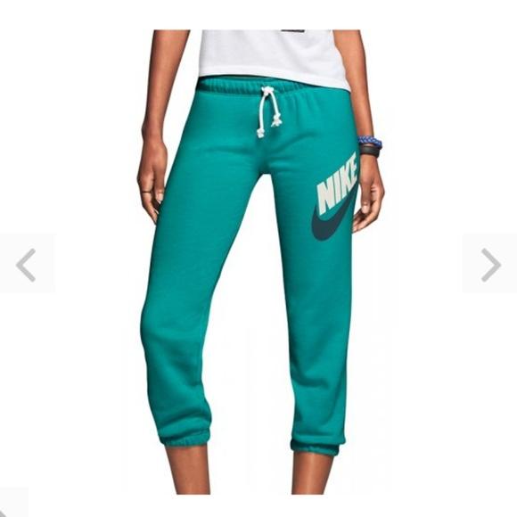 944a355308157 Nike Women's Rally Futura Women's Capris Pant. M_5b7b3cc96a0bb7dc829888fa